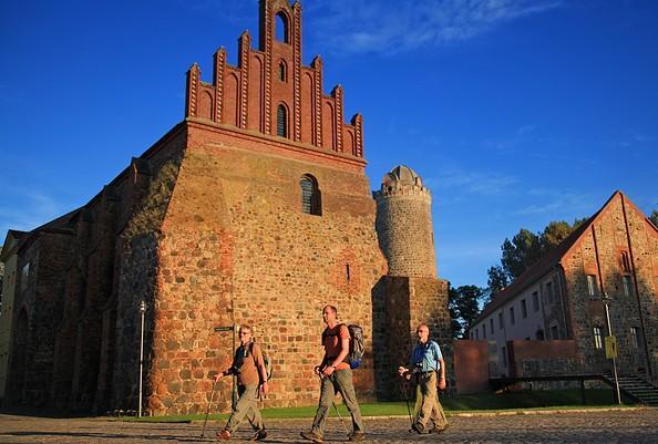 Wanderer an der Burg Ziesar, Foto: Dirk Fröhlich