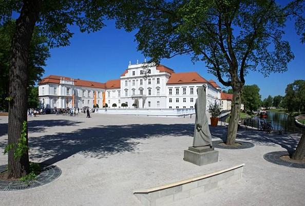 Schloss Oranienburg mit Schlossplatz, Foto: Tourismusverband Ruppiner Seenland e.V.