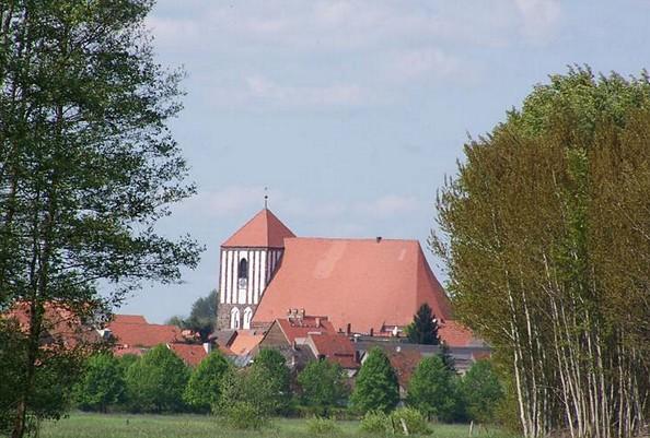 Die weithin sichtbare Stadtkirche St. Peter und Paul in Wusterhausen Dosse, Foto: Elke Schmiele