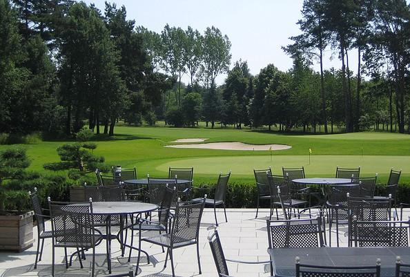 Terrasse mit Blick auf den Golfplatz, Foto: