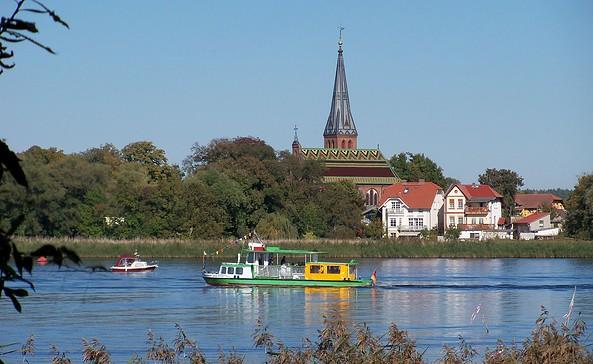 Blick über die Havel auf die Dorfkirche Geltow, Foto: Yvonne Schmiele