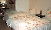 Schlafzimmer mit Blick in den offenen Wohnbereich der Ferienwohnung Schorfheide in Finowfurt, Foto: Brigitte Koch