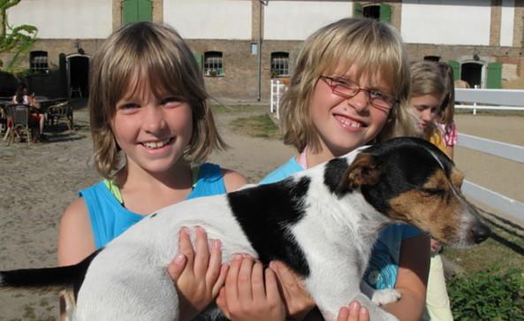 Kinder mit Hund, Foto: KI JU Reisen