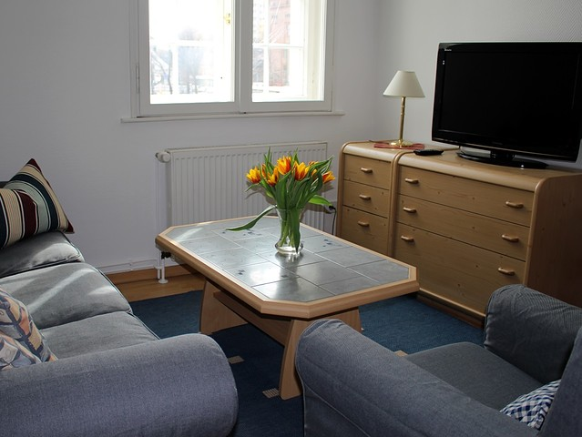 Eine komplett eingerichtete küche mit einem esstisch für 6 personen 2 schlafzimmer 1x mit ehebett 1 x mit 2 einzelbetten wohnzimmer flur und bad