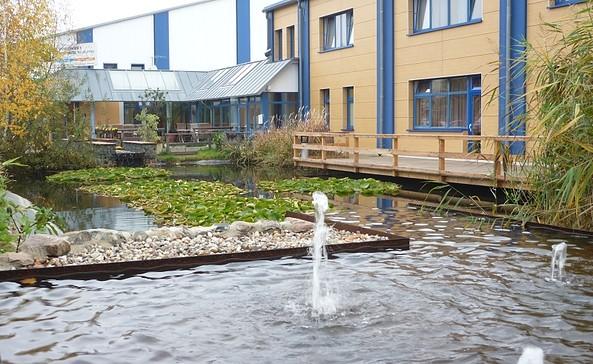 Hoteleingang mit Teich